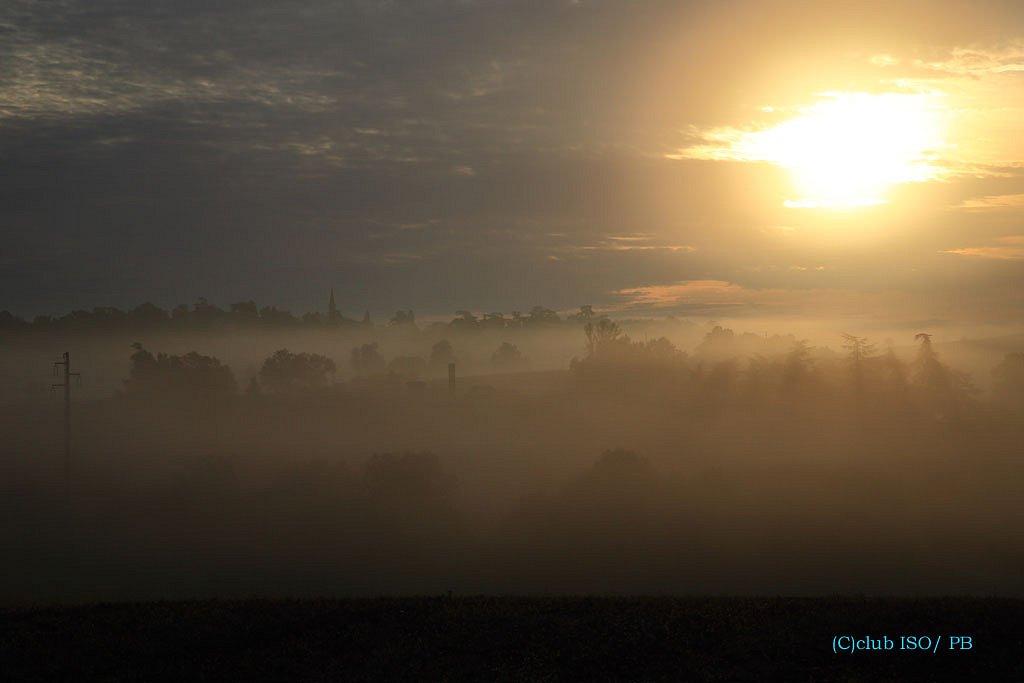 Soleil au-dessus de la brume