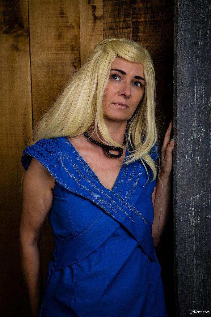 khaleesi songeuse