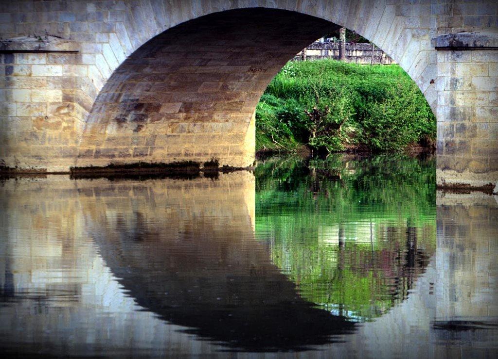 Scandale la lune dort entre les piles d'un pont